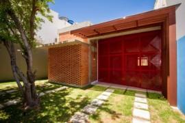 Portão Vermelho no portão com laranja na fachada