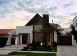 Portão de madeira para uma casa em estilo campestre
